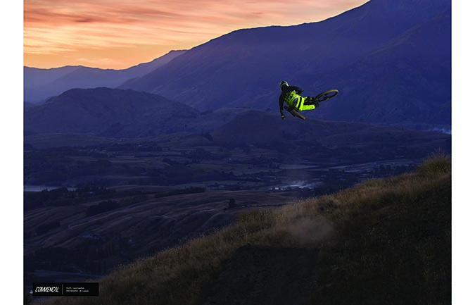FOTODRUCK : LOUIS HAMILTON – FLYING HIGH ABOVE NZ